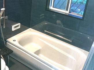 バスルームリフォーム 肌触りもお手入れのしやすさにも大満足の、人工大理石浴槽